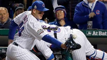 Chicago Cubs first baseman Anthony Rizzo (44) reaches