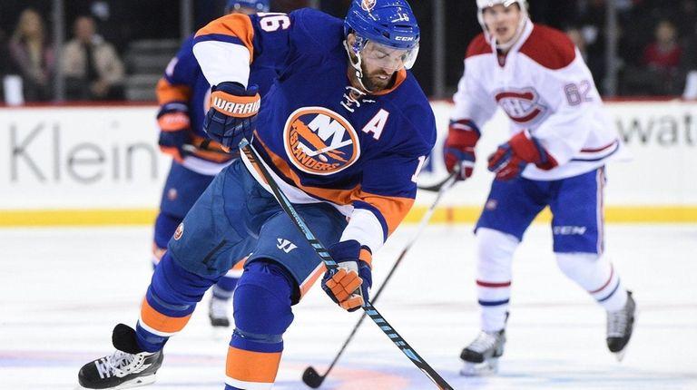New York Islanders left wing Andrew Ladd skates