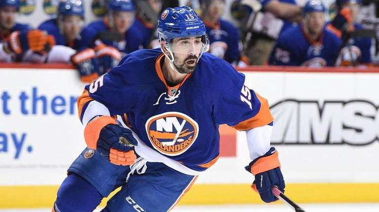 New York Islanders right wing Cal Clutterbuck skates