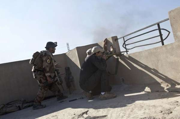 Iraqi special forces soldiers fire at Islamic State
