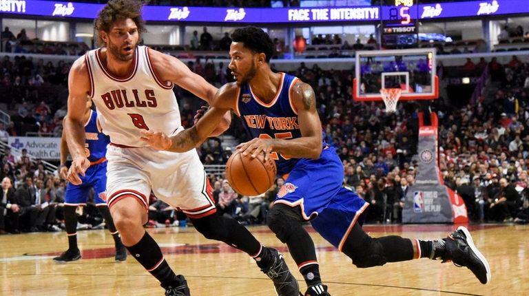 New York Knicks guard Derrick Rose drives against