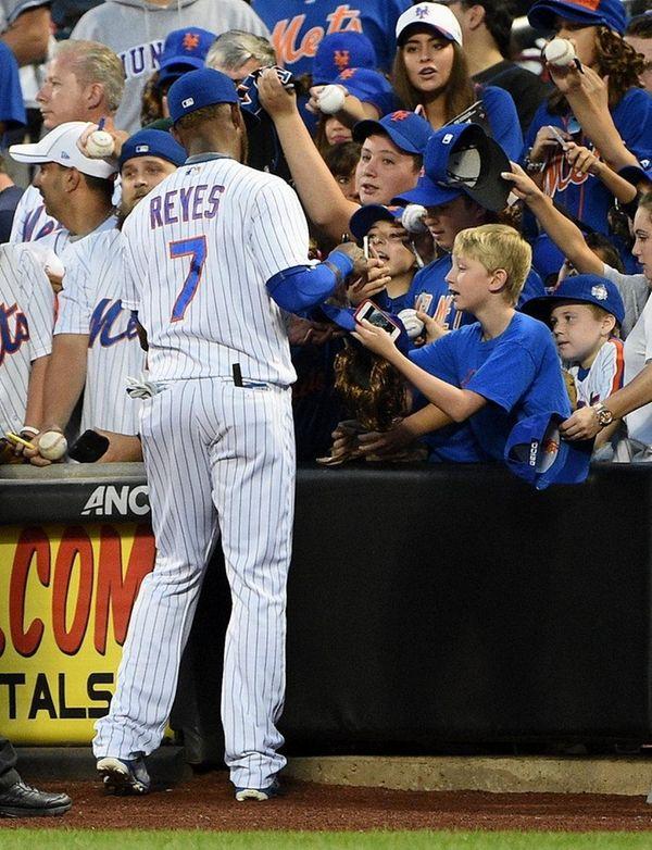 New York Mets third baseman Jose Reyes signs