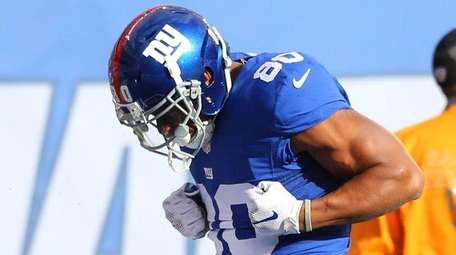 Victor Cruz celebrates after making a catch against