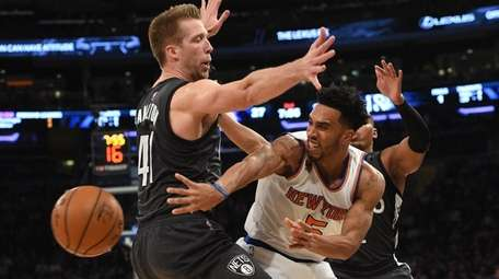 New York Knicks guard Courtney Lee passes the