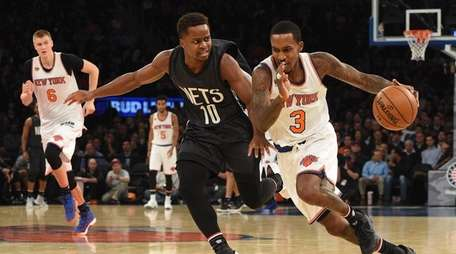 New York Knicks guard Courtney Lee drives the