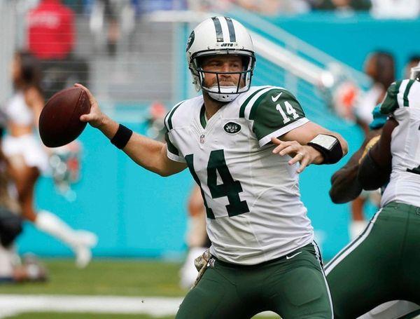 Jets quarterback Ryan Fitzpatrick looks to pass during