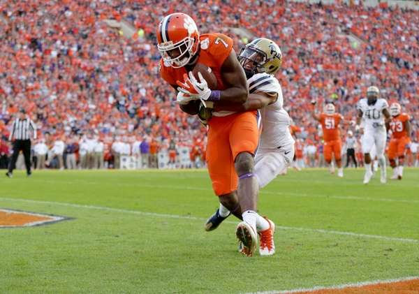 Mike Williams of the Clemson Tigers catches a