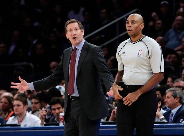 New York Knicks coach Jeff Hornacek argues a