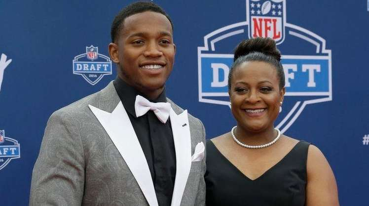 Ohio State's Darron Lee, left, poses for photos