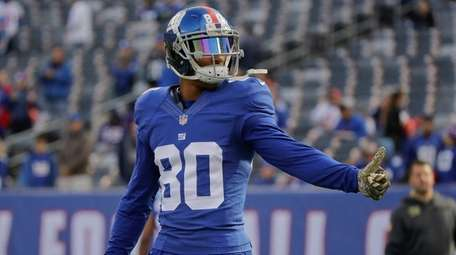 Giants wide receiver Victor Cruz prepares to play