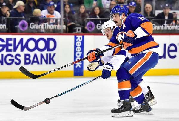 New York Islanders right wing Cal Clutterbuck attempts