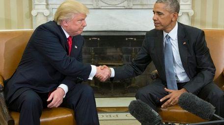 epa05625798 US President Barack Obama (R) shakes hands