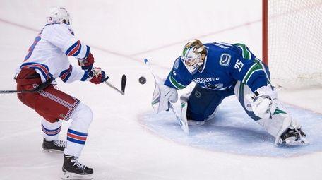 Rangers' Kevin Hayes beats Vancouver Canucks goalie Jacob