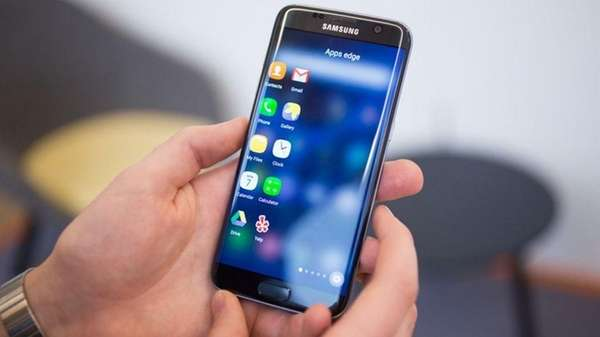 CNET has picked Samsung Galaxy S7 Edge as