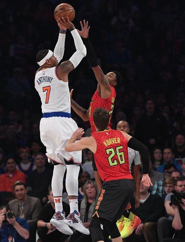 Knicks forward Carmelo Anthony shoots over Atlanta Hawks