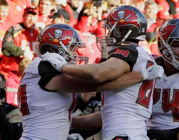Tampa Bay Buccaneers tight end Cameron Brate, center,
