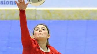 Connetquot's Mackenzie Taylor gets the ball back over