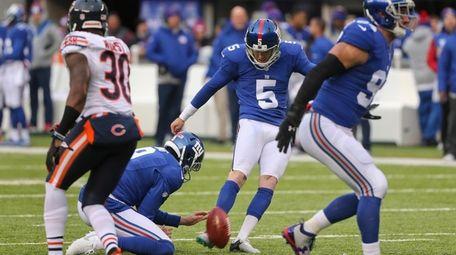 New York Giants kicker Robbie Gould (5) kicks