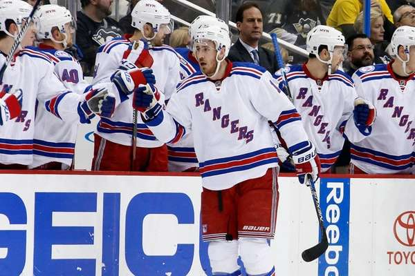 New York Rangers' Kevin Hayes (13) celebrates with