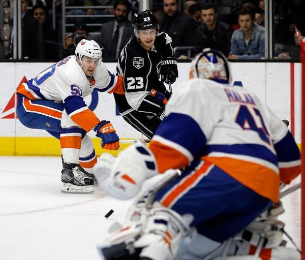 Los Angeles Kings right wing Dustin Brown, center,