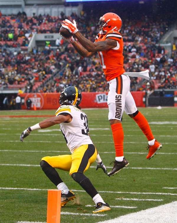 Cleveland Browns' Terrelle Pryor Sr. catches a long