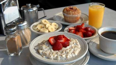Old-fashioned oatmeal with strawberries and / or bananas