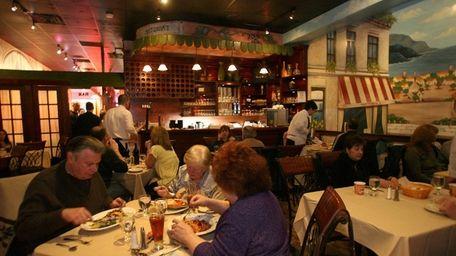 Patrons dine at Campagnola Ristorante e Pizzeria in
