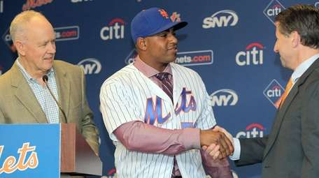 Mets' General Manager Sandy Alderson with newly signed