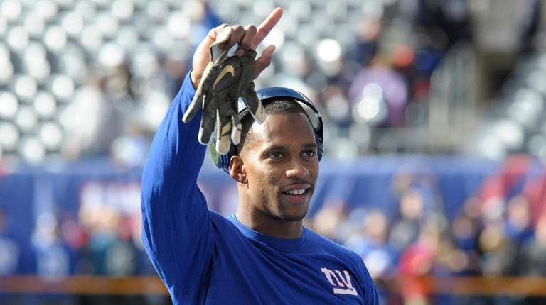 New York Giants wide receiver Victor Cruz waves