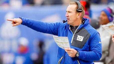 Defensive coordinator Steve Spagnuolo of the New York