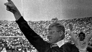 Notre Dame coach Lou Holtz waves to the