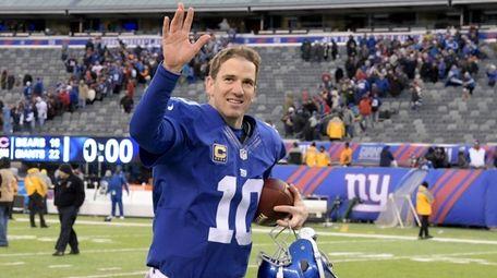 New York Giants quarterback Eli Manning (10) waves