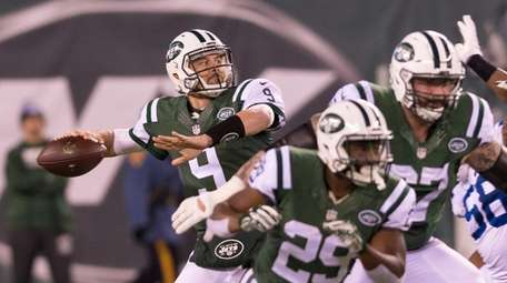 New York Jets quarterback Bryce Petty (9) throws