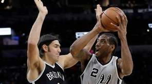 San Antonio Spurs forward Kawhi Leonard (2) is
