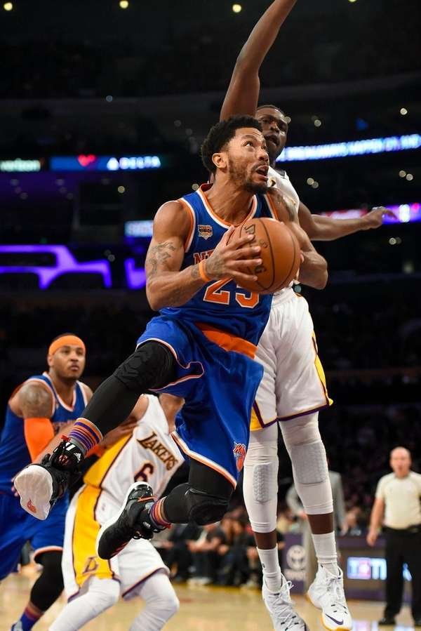 New York Knicks guard Derrick Rose gets by