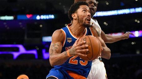 New York Knicks guard Derrick Rose gets by