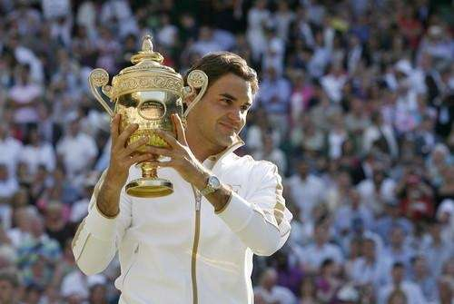 Roger Federer lifts the Wimbledon Trophy after beating