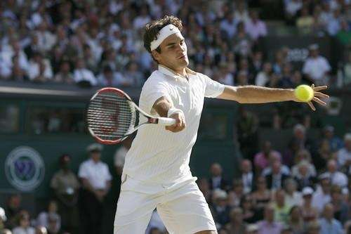 Roger Federer returns a ball to Andy Roddick