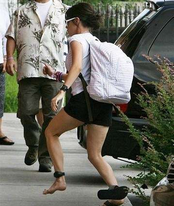 Casey Anthony loses one of her sandals as