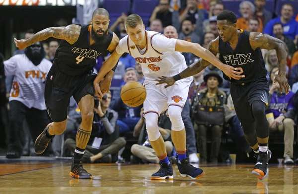 Phoenix Suns center Tyson Chandler (4) and guard
