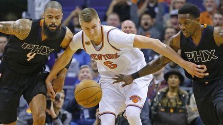 Phoenix Suns center Tyson Chandler (4) and guard
