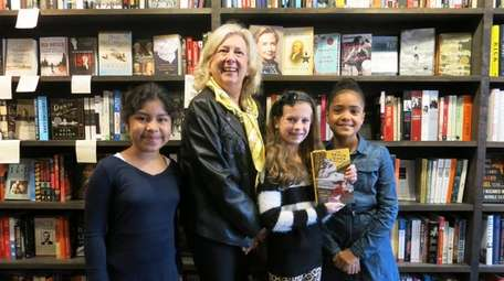 Author Linda Fairstein meets Kidsday reporters from Westhampton