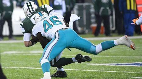 Miami Dolphins outside linebacker Neville Hewitt sacks New