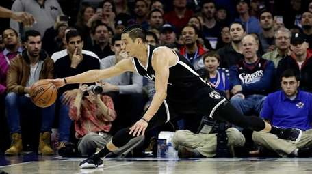 Brooklyn Nets' Jeremy Lin stretches to save a