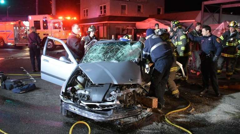 Rescuers help victims of a car crash early