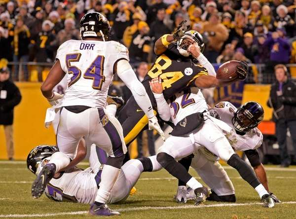 Pittsburgh Steelers wide receiver Antonio Brown (84) reaches