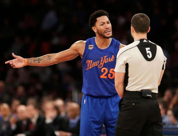 Knicks guard Derrick Rose argues with a