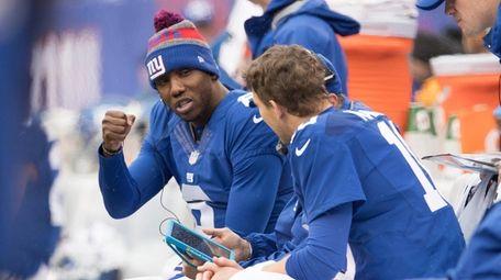 New York Giants quarterback Eli Manning (10) confers