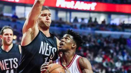 Chicago Bullsforward Jimmy Butler drives to the basket