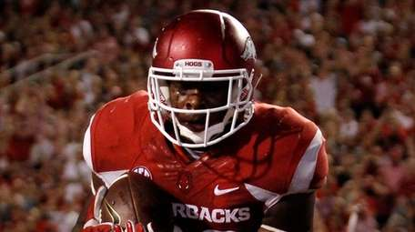 Arkansas' Jeremy Sprinkle (83) catches a pass in